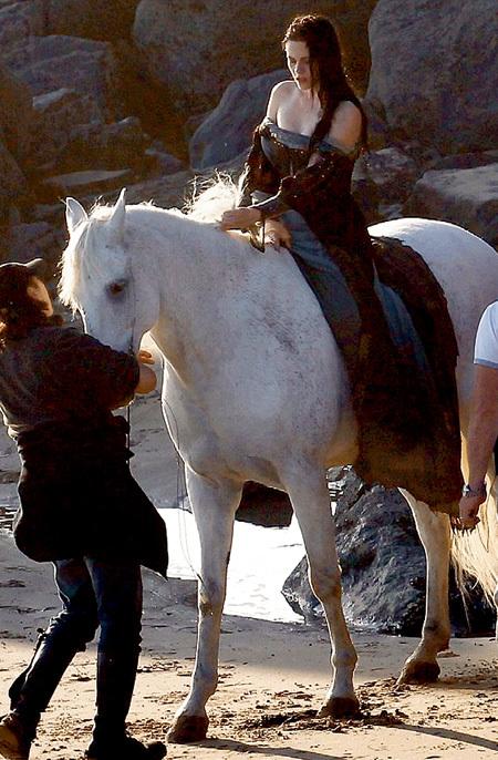 Кристен СТЮАРТ на съёмках «Белоснежки и охотника» подсунули слишком большую лошадь