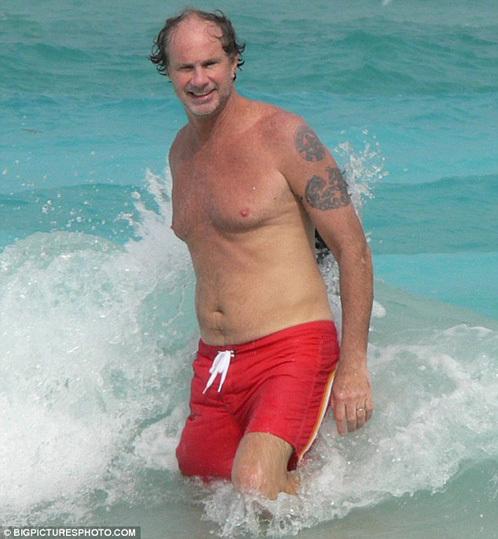 Развлекать приглашённых будет легендарная группа Red Hot Chili Peppers. Ее барабанщика Чада Смита папарацци уже засекли на Сен-Бартсе.