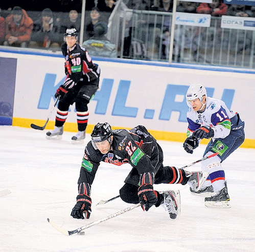 Чтобы остановить Александра ФРОЛОВА (№82), соперники часто используют грязные приёмы. Фото Максима ШИРОКОВА