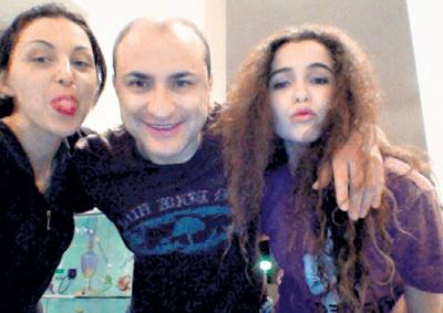 Михаил в окружении любимых женщин: слева - жена Лиана, справа - её дочь Сарина, которую Михаил удочерил