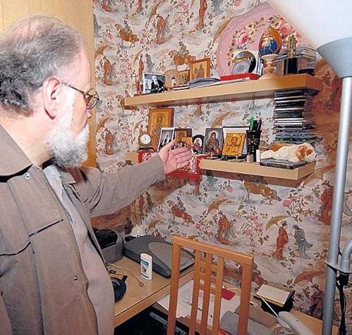 Дома на полках над рабочим столом у Владимира Евгеньевича стоят иконы подаренные патриархами АЛЕКСИЕМ II и КИРИЛЛОМ