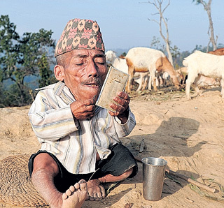 Маленький непалец не пользуется бритвенным станком. Волосы на лице он выщипывает пинцетом