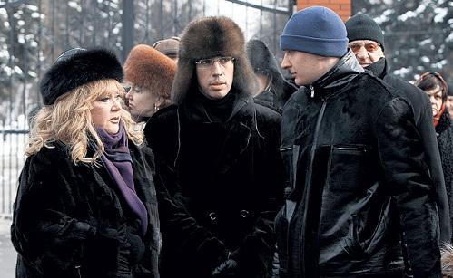 Влад (справа) на похоронах отца с Максимом ГАЛКИНЫМ и Аллой ПУГАЧЁВОЙ
