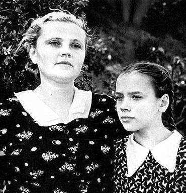 Леночка с мамой Лидией ГОНЧАРЕНКО. Супруга актёра была готова на всё ради дочери, но иногда её характер обостряло душевное заболевание