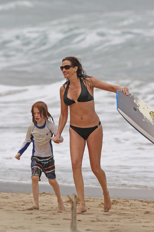 Актриса отдыхала на пляже вместе с детьми...
