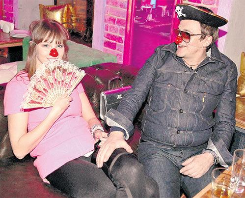 В разгар вечеринки Полина и Дмитрий надели клоунские носы