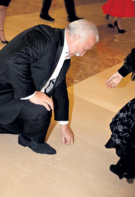 Леонид Аркадьевич нашёл украшение на полу...