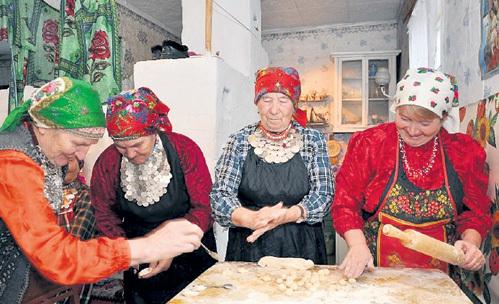 «Бурановские бабушки» чихать хотели на злопыхателей: пока те строят артисткам козни, они заняты более насущными вопросами (фото izhilife.ru)