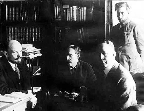 Бориса РАЙНШТАЙНА (в центре) эксперт считает главным идеологом революции