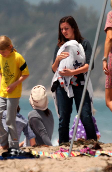 Пока звёздные родители возились со старшими дочками, малыш Сэмюэль спал на руках у няни