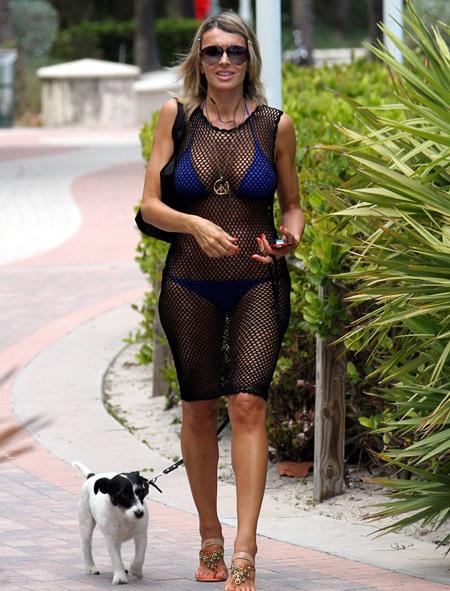 Стройная 52-летняя женщина стала украшением Сауф-бич в Майми, хотя здесь видели всякое