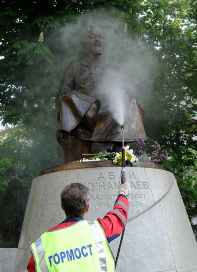 После митингов оппозиции памятник тщательно привели в порядок