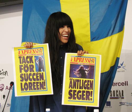 Певица принесла с собой шведские газеты, вышедшие с заголовками