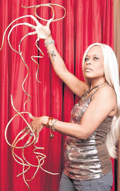 Певица из Лас-Вегаса, 46-летняя Крис ВОЛТОН, известная под сценическим именем Графиня, за 18 лет отрастила коготки, благодаря которым попала в Книгу рекордов Гиннесса. Самый длинный ноготь на большом пальце её левой руки достигает 91 см