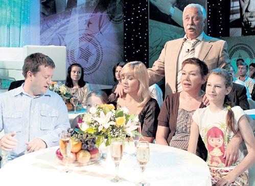 Леонид Аркадьевич с семьёй на съёмках телевизионного концерта в честь своего 65-летия (слева направо: сын Артём с женой и внучка Софья, супруга ЯКУБОВИЧА Марина и их дочь Варвара)