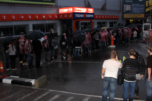 Ни многокилометровая очередь, ни проливной дождь не остановили фанатов Diablo