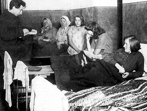 Советские проститутки 20-х годов на профилактической беседе