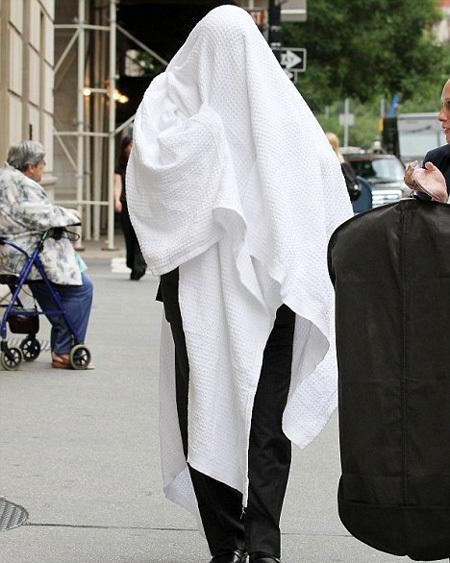 БОЛДУИН скрылся от папарацци под одеялом