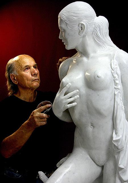 Автор откровенной скульптуры - луганский художник Николай Шматько
