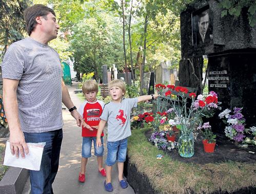 ...на могилу их великого деда - Василия ШУКШИНА. Фото Марины ВОЛОСЕВИЧ/«Комсомольская правда»