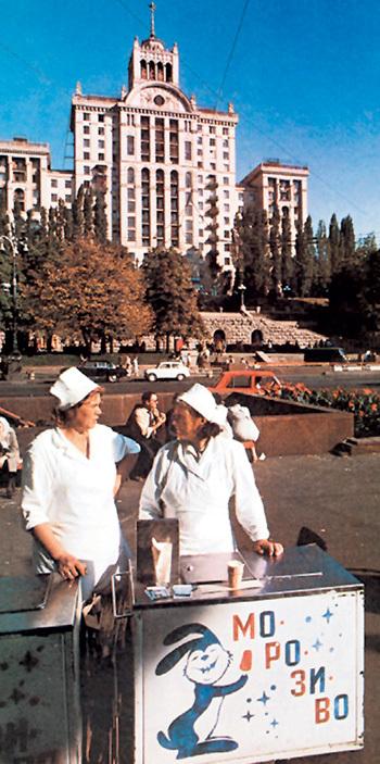 Разговоры о дискриминации украинского языка во времена СССР - наглая ложь. На нём преподавали в школах...