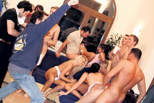 В свинг-клубах не обязательно заниматься сексом, можно просто смотреть