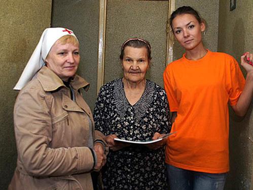 Катя МОЗГОВАЯ навестила пожилую жительницу разрушенного стихией города. Пока медсестра осматривала пенсионерку, уралочка приготовила бабушке обед