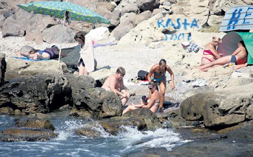 Иногда семья загорала на диком пляже