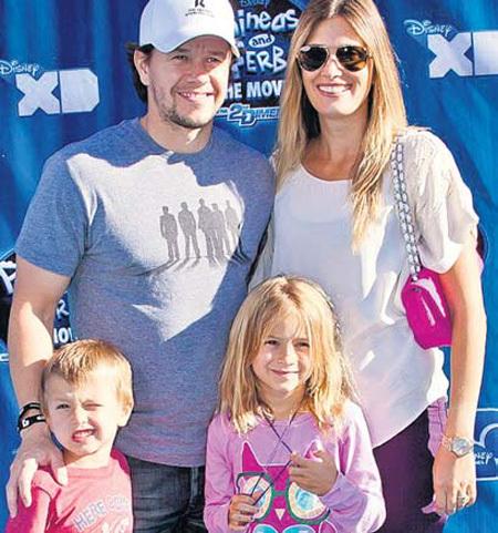 Марк и Риа воспитывают четверых детей и хотят жить в более просторном доме (на фото с сыном Бренданом и дочерью Эллой)
