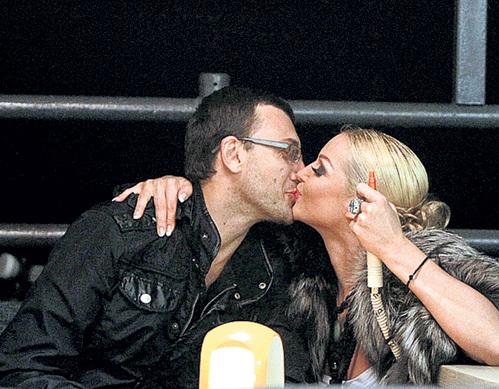 Сначала Настя целовалась с танцором из своего коллектива Ринатом АРИФУЛИНЫМ на глазах у посетителей ялтинской кафешки...