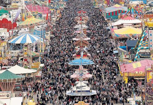 В Мюнхен на фестиваль Октоберфест ежегодно приезжает армия любителей пенного напитка
