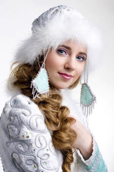 Снегурочка Костромская в России у главного Деда Мороза необыкновенно красивая внучка!