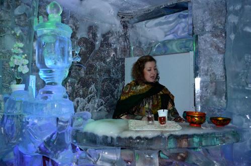 В ледяном зале гостей потчуют чаем и крепкими напитками из настоящей ледяной посуды. 1