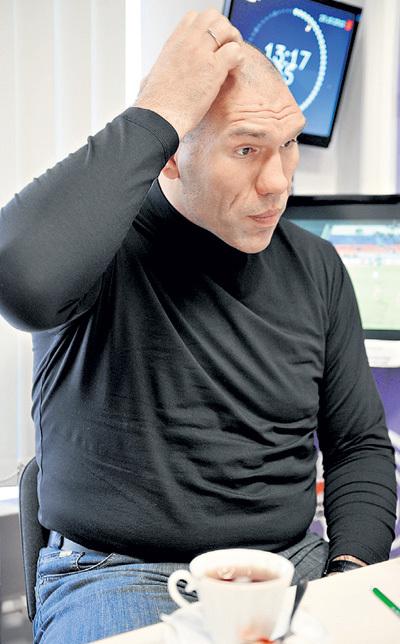 Николай ВАЛУЕВ не единственный, кто, задумавшись, тянется к макушке, стимулируя мозговую активность. Фото Марины ВОЛОСЕВИЧ/«Комсомольская правда»