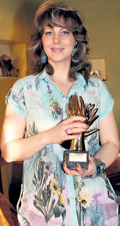 Поэтесса с той самой призовой статуэткой «Руки», которую ей уже в зале отдал Филипп КИРКОРОВ