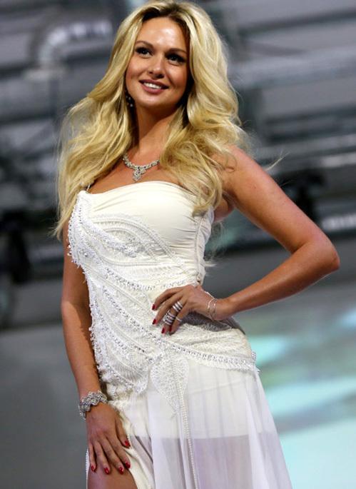На модных показах Виктория уже не раз примеряла свадебное платье (фото РИА =Новости=)