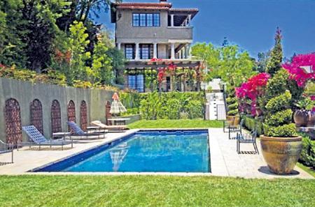 ...сдаёт дом в Беверли-Хиллз за $35 тыс. в месяц