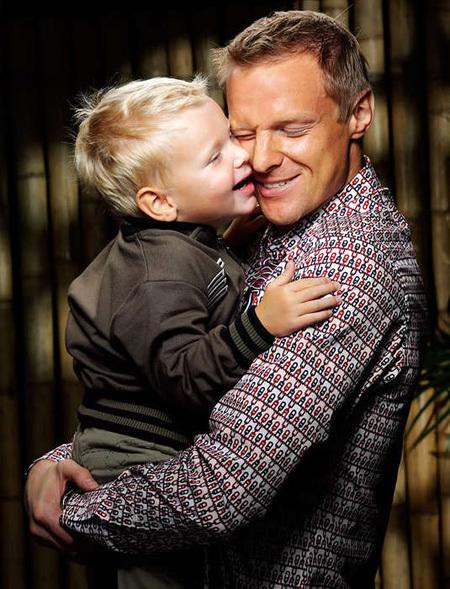 Вячеслав МАЛАФЕЕВ с удовольствием отпраздновал день рождения своего сына Максима. Фото: Vkontakte.ru