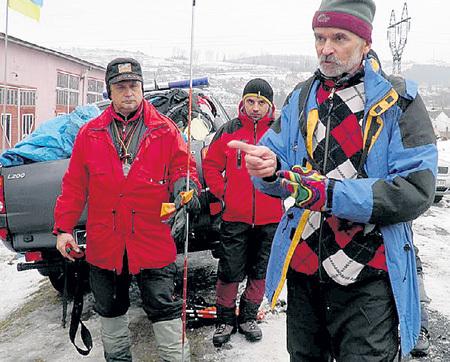 Нашёл БЕЛЯЕВА спасатель Евгений ЧИЗМАР (справа), удостоенный титула «снежный барс» за покорение всех 7-тысячников бывшего СССР