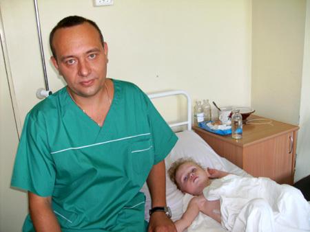 Главный нейрохирург Минздрава Ростовской области Эдуард Росторгуев с полуторагодовалым мальчиком из города Гуково, который выпал из окна четвертого этажа и получил тяжелые травмы