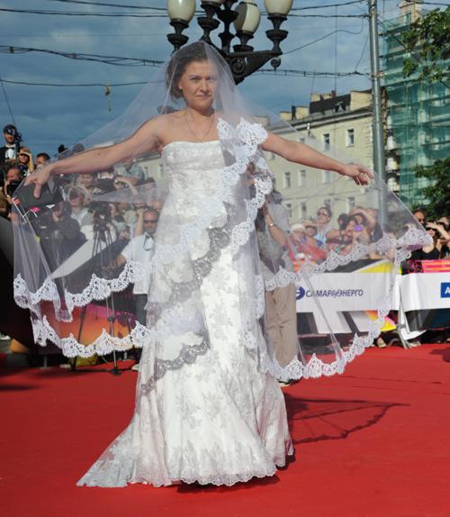 Мария ГОЛУБКИНА пришла на открытие Московского кинофестиваля в свадебном платье (фото Анатолия ЖДАНОВА/