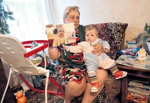 Татьяна Валентиновна видит в Дашеньке черты своего сына (его детскую фотографию она держит в руках)