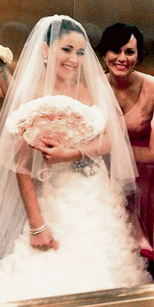 Белое платье и фата очень идут Любе