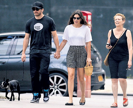 Джейк ДЖИЛЛЕНХОЛ, Алисса МИЛЛЕР и Наоми: трое на улице, не считая собаки (на майке актёра многозначительная надпись «хорошие яйца»)