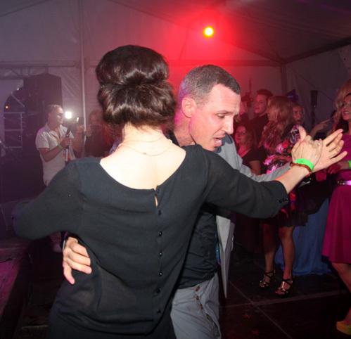 ...в аэропорту Риги у певицы потерялся чемодан, так что на вечеринку Сати пришла, одолжив платье у знакомых