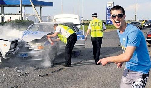 Никто не застрахован от неприятностей на дороге - даже представители ДПС. Фото: kaifolog.ru