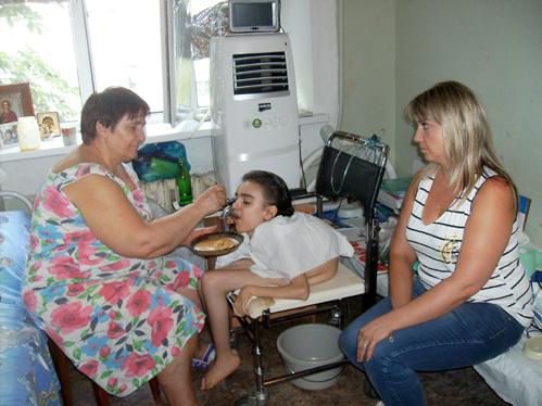 Бабушка Нина Тимофеевна кормит внучку с ложечки