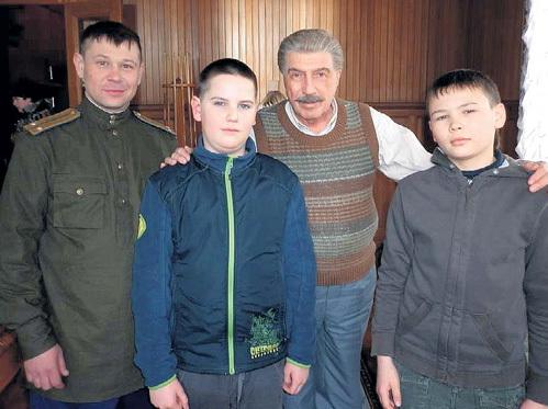 На площадке телефильма «Товарищ Сталин» с Сергеем ЮРСКИМ (он сыграл вождя народов), сыном Даниилом и пасынком Егором. Фото: fb.com