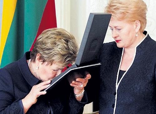 За заслуги в развале СССР Литва посмертно присвоила Борису ЕЛЬЦИНУ Большой крест ордена Креста Витиса. Президент Литвы Даля ГРИБАУСКАЙТЕ вручила его Наине Иосифовне