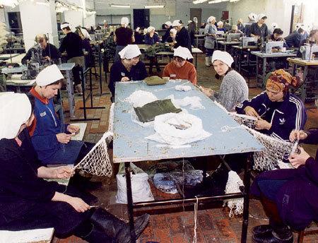 На «швейке» зарабатывают по 60 руб. в месяц (Фото Анатолия БЕЛЯСОВА)